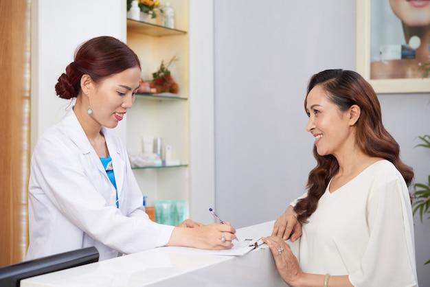 Clinica di cosmetologia visita donna Foto Gratuite