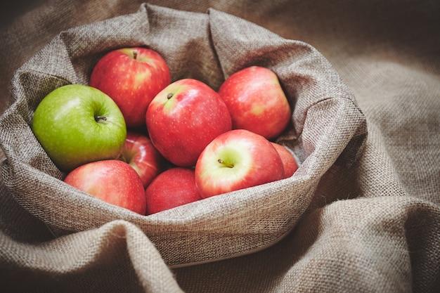 Close-up con messa a fuoco selettiva di mele fresche Foto Premium