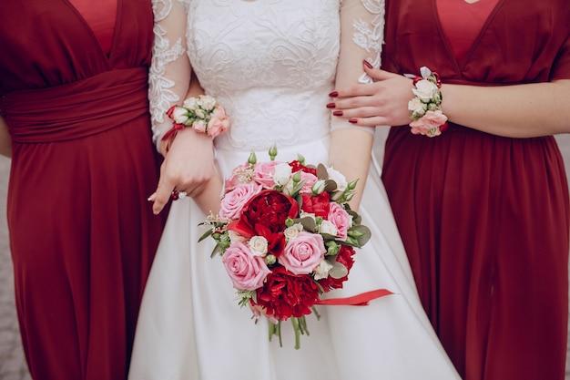 Close-up della sposa il suo bel mazzolino Foto Gratuite