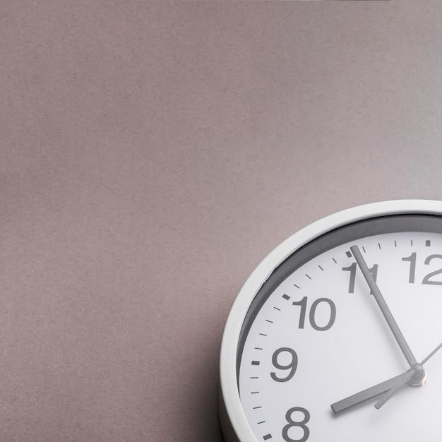 Close-up della sveglia su sfondo grigio Foto Gratuite
