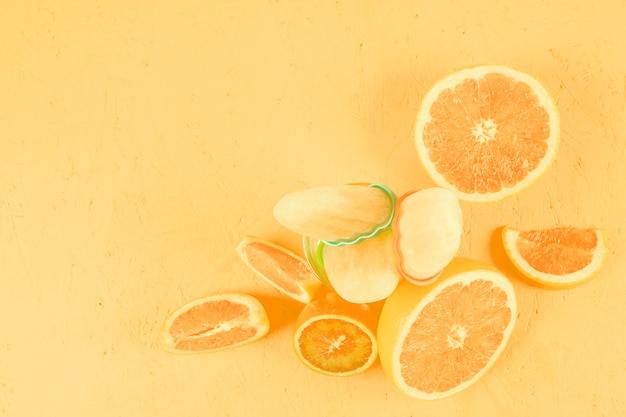 Close-up di agrumi con ghiaccioli su sfondo giallo Foto Gratuite