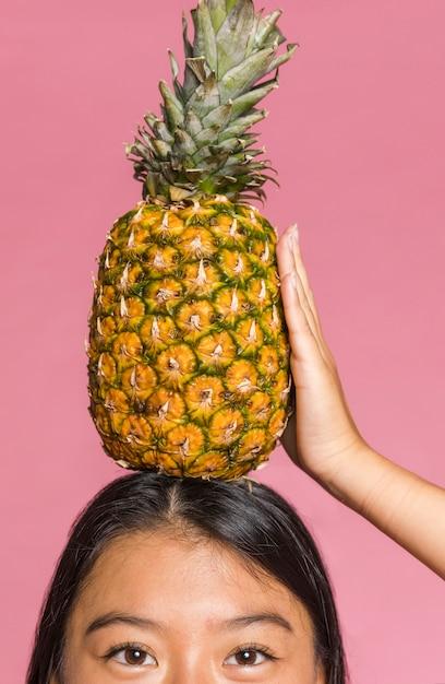Close-up di ananas sulla testa di donna Foto Gratuite