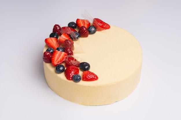 Close-up di appetitoso cheesecake con frutti di bosco Foto Gratuite