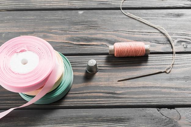Close-up di attrezzature per cucire artigianali con nastri laminati Foto Gratuite