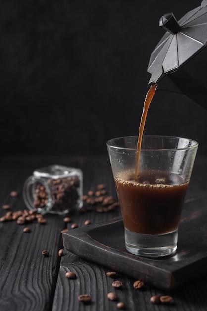 Close-up di caffè versato nel bicchiere Foto Gratuite