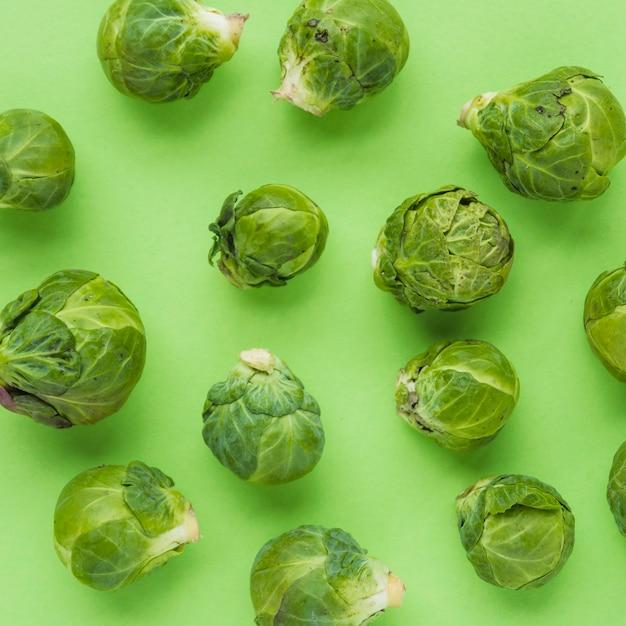Close-up di cavoletti di bruxelles sulla superficie verde Foto Gratuite