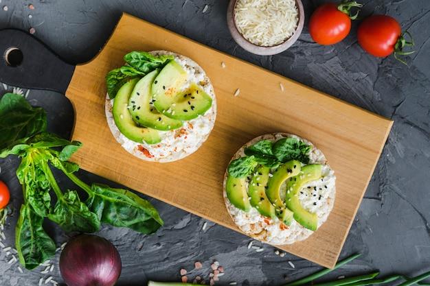 Close-up di cibo fresco delizioso sul tagliere con verdure fresche intorno Foto Gratuite