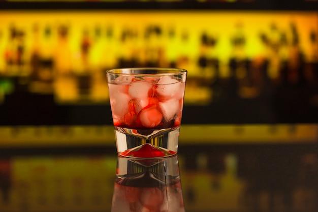 Close-up di cocktail con cubetti di ghiaccio al bancone del bar Foto Gratuite