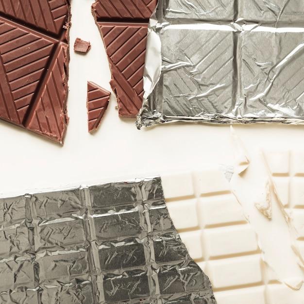 Close-up di due barrette di cioccolato in foglia d\'argento su sfondo ...