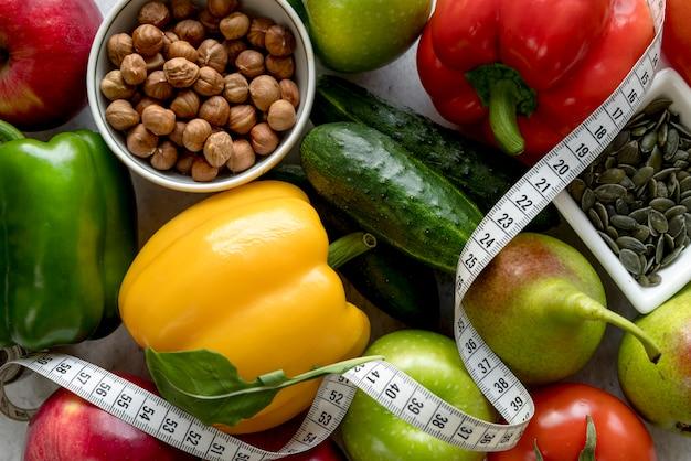 Close-up di frutta fresca e verdura con nastro di misurazione Foto Gratuite
