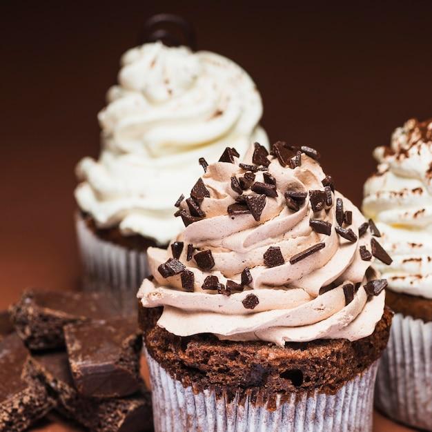 Close-up di gustosi cupcakes al cioccolato Foto Gratuite