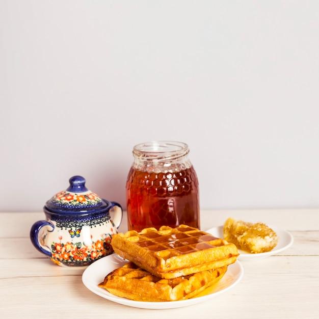 Close-up di gustosi waffle e miele Foto Gratuite