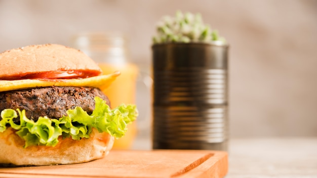 Close-up di hamburger sul tagliere Foto Gratuite
