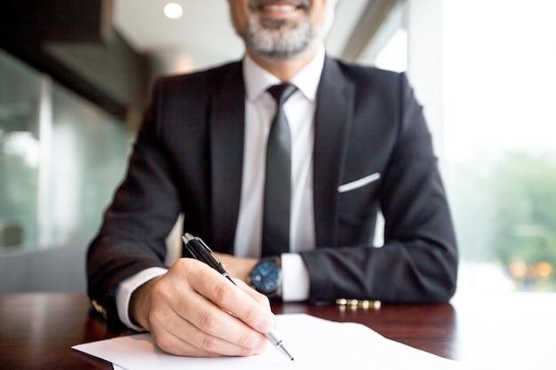 Close-up di imprenditore facendo documenti Foto Gratuite