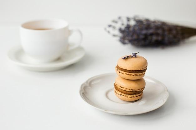 Close-up di macarons con lavanda Foto Gratuite