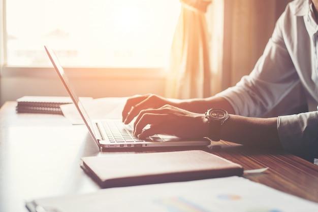 Close-up di mani maschile con laptop in casa. Foto Gratuite