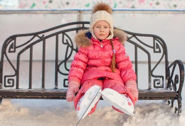 Close-up di pattini sulla bambina Foto Premium