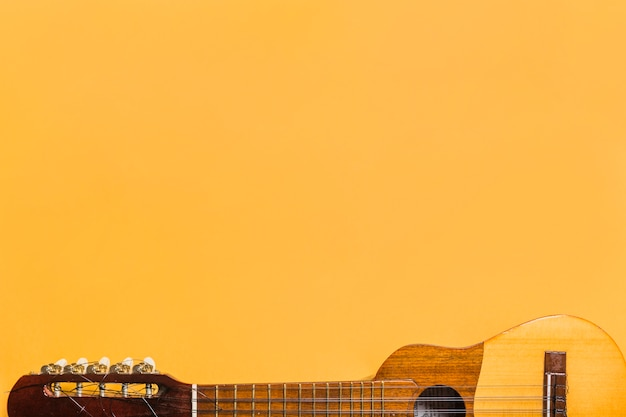 Close-up di ukulele su sfondo giallo Foto Gratuite