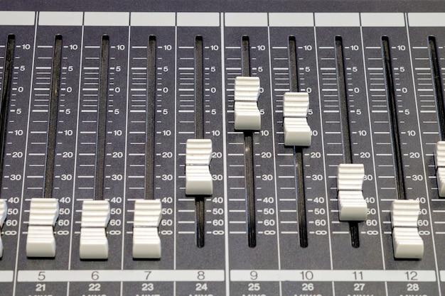 Close-up di un pulsante di audio sul pannello del controller Foto Premium