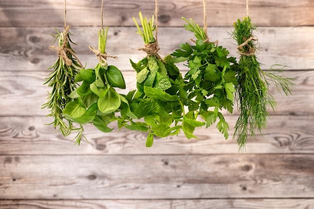 Close-up di una varietà di erbe Foto Premium