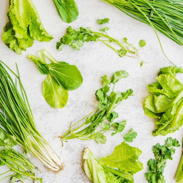 Close-up di verdure fresche verdi su superficie bianca Foto Gratuite