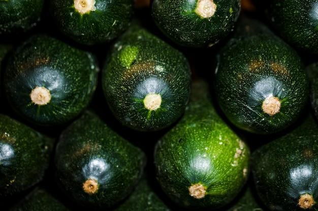 Close-up di zucchine fresche nel mercato Foto Gratuite