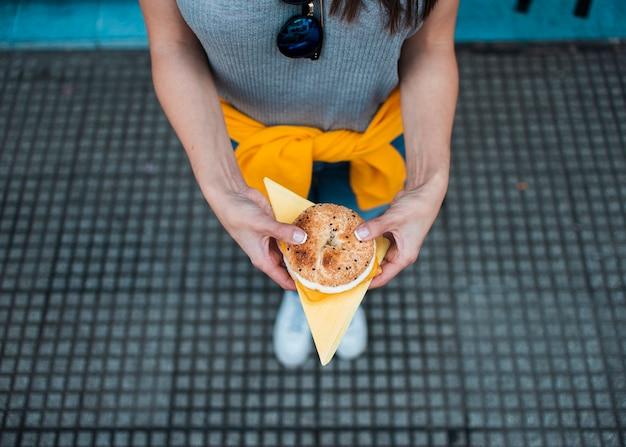Close-up donna con delizioso hamburger Foto Gratuite