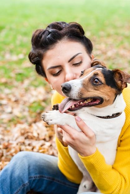Close-up donna innamorata del suo animale domestico Foto Gratuite