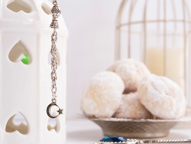 Close up fascino islamico con pasticcini offuscati in background Foto Gratuite