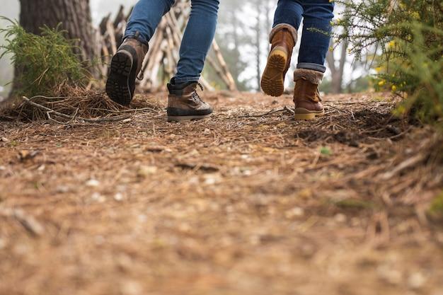 Close-up persone che camminano insieme Foto Gratuite
