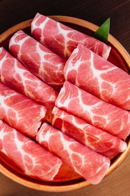Close up premium rare slices maiale kurobuta (maiale nero) con struttura a bassa marmorizzata. Foto Premium