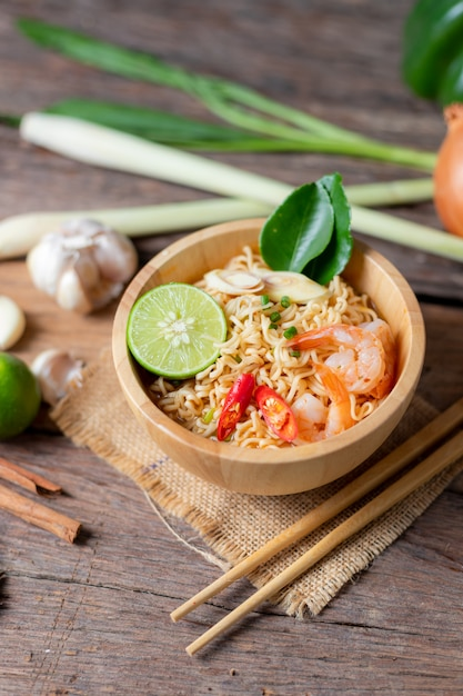 Close-up shot noodles istantanei con peperoncino gamberi al limone Foto Premium