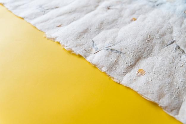 Close-up spiegazzato carta giapponese (washi) su carta gialla in un terzo rapporto. priorità bassa di struttura di carta con lo spazio della copia. Foto Premium