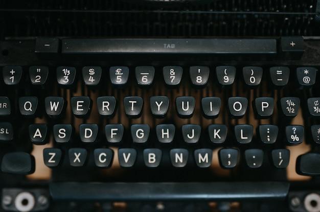 Close-up vecchia macchina da scrivere nera Foto Premium