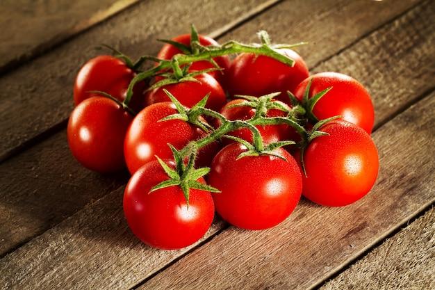 Closeup di pomodori rossi gustosi freschi. soleggiato. alimento sano o alimento italiano. Foto Gratuite