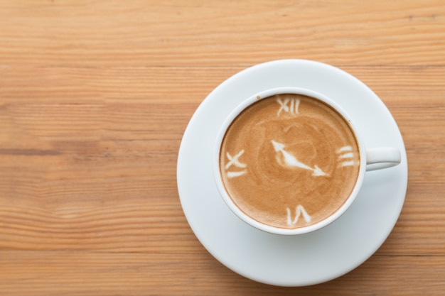 Closeup di una tazza di latte art caffè caldo sopra sfondo tavolo di