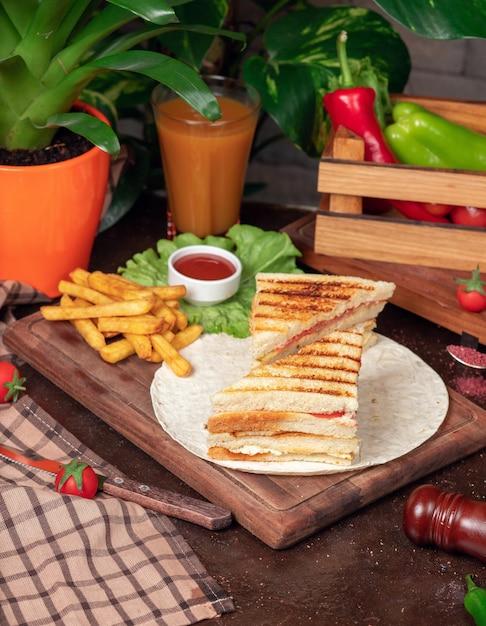 Club sandwich servito con patatine fritte e bibita, maionese, ketchup Foto Gratuite