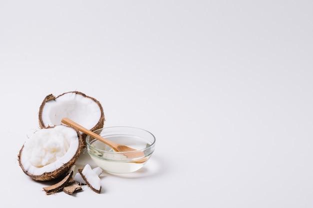 Cocco con olio di cocco e copia-spazio Foto Gratuite