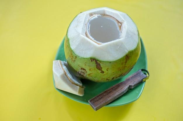 Cocco giovane verde con grattugia Foto Premium