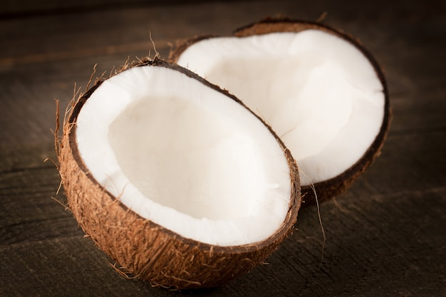 Cocco maturo tagliato a metà. crema e olio di cocco. Foto Premium