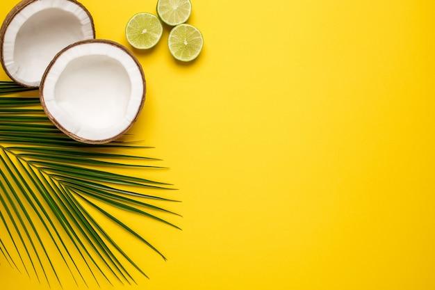 Cocco tropicale, palme e lime su un giallo Foto Premium