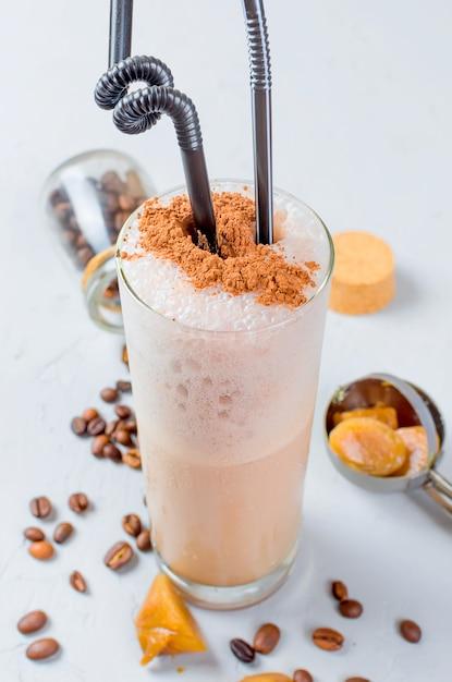 Cocktail al cioccolato al latte o caffè freddo montati con latte Foto Premium