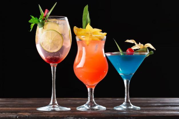 Cocktail alcolici e non alcolici sulla tavola di legno. bevande fredde estive Foto Premium