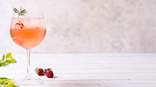 Cocktail alcolico rinfrescante del primo piano con lo spazio della copia Foto Gratuite