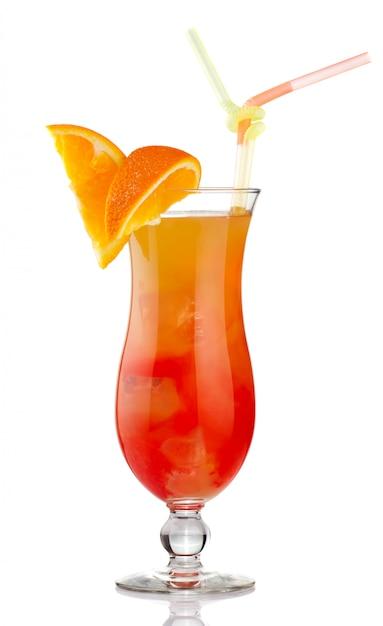 Cocktail arancione dell'alcool con le fette della frutta isolate Foto Premium