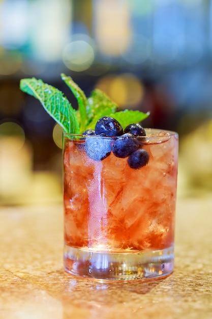 Cocktail con mojito, menta e ghiaccio, bevanda rinfrescante fredda Foto Premium