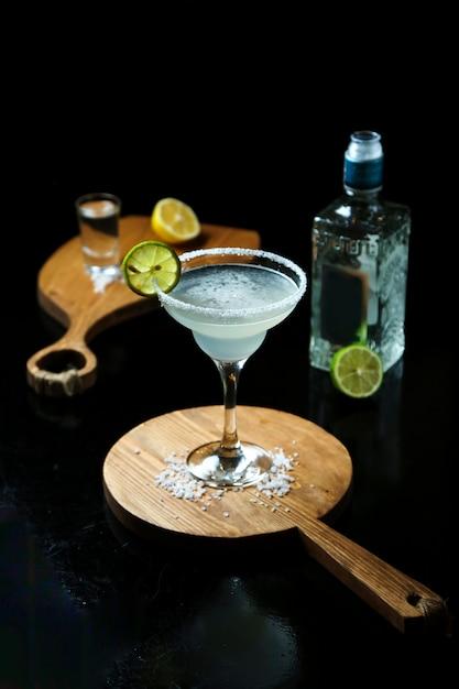 Cocktail con tequila sul tavolo Foto Gratuite