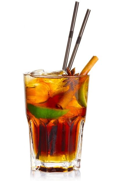 Cocktail dell'alcool con frutti di calce e anice stellato isolati Foto Premium