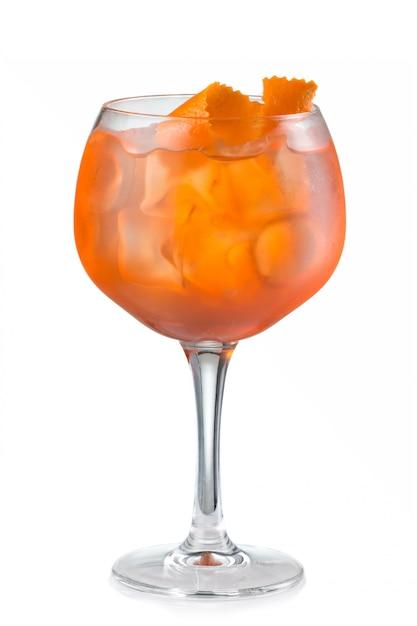 Cocktail dell'alcool della frutta con la fetta arancione isolata su bianco Foto Premium