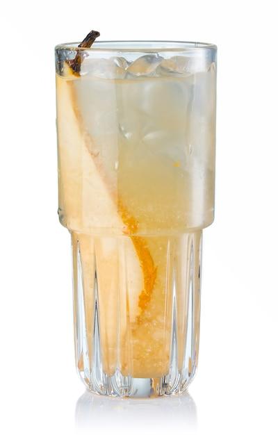 Cocktail dell'alcool della frutta con la fetta della pera isolata Foto Premium